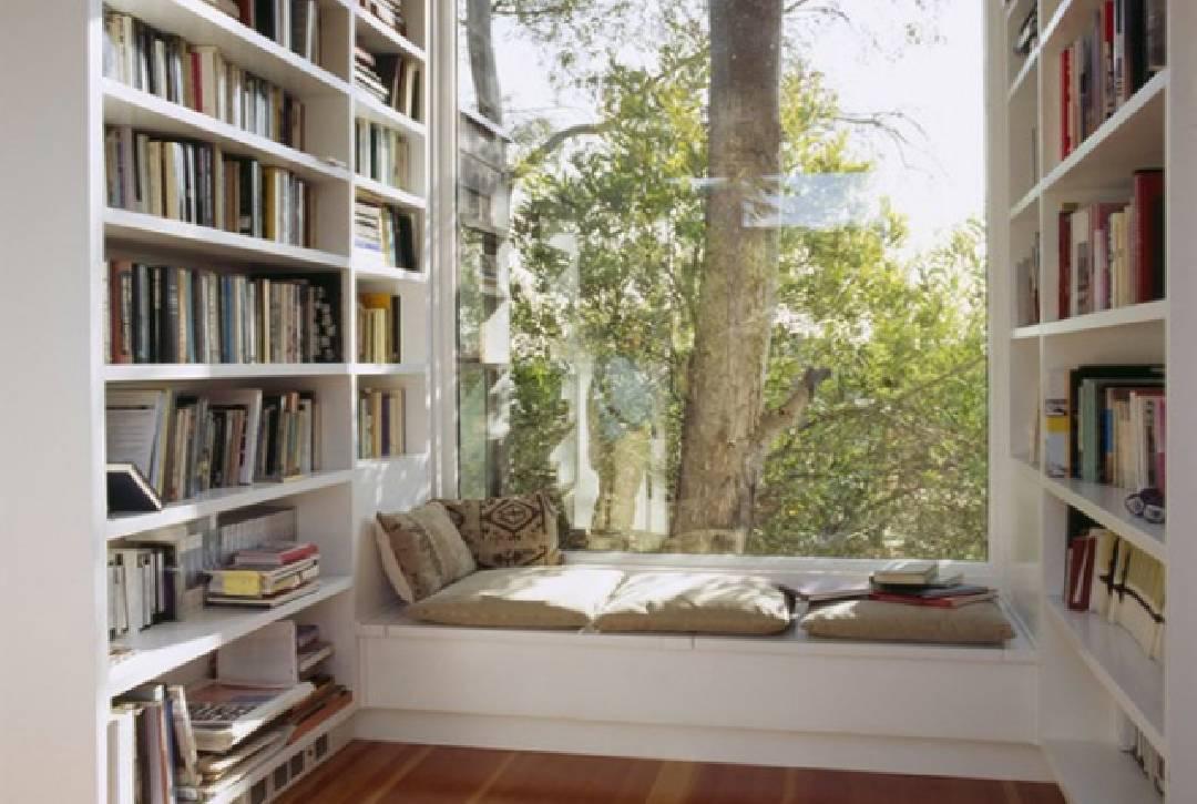 Le coin lecture près d'une fenêtre